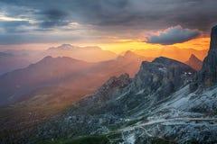 Драматический красивый заход солнца в горе стоковые фото