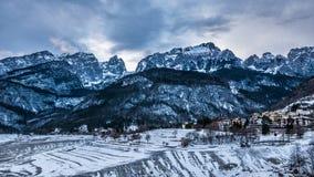Драматический ландшафт зимы, горное село Стоковое Изображение RF