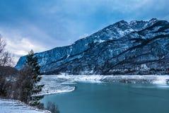 Драматический ландшафт зимы над озером Стоковая Фотография