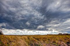 Драматический ландшафт с облаками шторма Стоковые Изображения RF