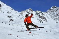 драматический лыжник скачки Стоковые Фотографии RF