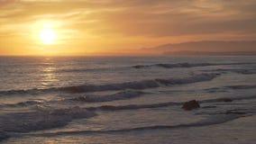 Драматический оранжевый заход солнца на красивом пляже мезы сток-видео