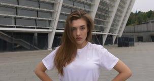 Драматический портрет красивой кавказской женщины в белой рубашке смотря естественный свет серьезного замедленного движения мягки акции видеоматериалы