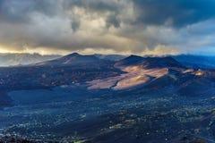 Драматический свет над вулканическим безжизненным terran Стоковая Фотография RF