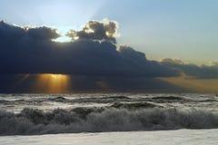 Драматический iluminated выравниваясь пляж Стоковое Изображение