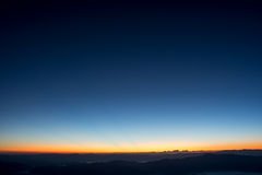 Драматический twilight заход солнца и небо восхода солнца над горой и туманом стоковые фотографии rf
