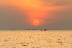 Драматический twilight заход солнца и небо восхода солнца на море стоковое изображение