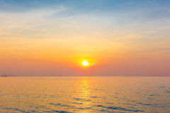 Драматический twilight заход солнца и небо восхода солнца на море Стоковая Фотография RF