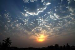 Драматическим облака кумулюса Солнця Skyscape рассвета освещенные краем Стоковые Изображения RF