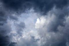 Драматическое кольцо черного, серого и голубого frami облаков шторма Fractus Стоковое Изображение RF