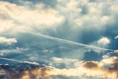 Драматическое красочное небо с заходом солнца облака Стоковые Изображения