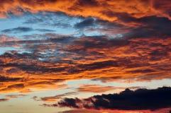 Драматическое небо вечера на заходе солнца Стоковые Фото