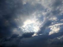 драматическое небо вечера Стоковое Изображение
