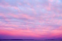 Драматическое небо захода солнца в мадженте и пинке Стоковая Фотография RF