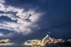 Драматическое небо захода солнца с красочными облаками после грозы Стоковая Фотография
