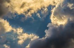 Драматическое небо захода солнца с красочными облаками после грозы Стоковое фото RF