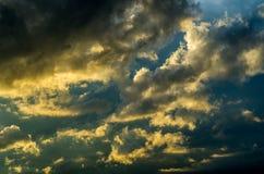 Драматическое небо захода солнца с красочными облаками после грозы Стоковые Фото