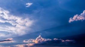 Драматическое небо захода солнца с красочными облаками после грозы Стоковая Фотография RF