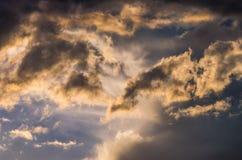Драматическое небо захода солнца с красочными облаками после грозы Стоковые Изображения
