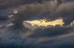 Драматическое небо захода солнца с красочными облаками после грозы Стоковое Изображение RF