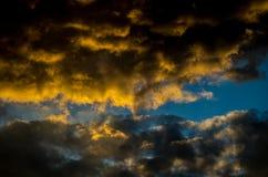 Драматическое небо захода солнца с красочными облаками после грозы Стоковое Изображение