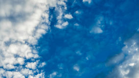 Драматическое небо захода солнца с облаками после грозы Стоковая Фотография