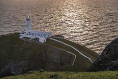 Драматическое небо над историческим южным маяком стога - остров Anglesey северного вэльса Великобритании Стоковое фото RF
