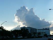 Драматическое небо над кондоминиумами Стоковая Фотография RF