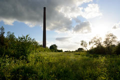 Драматическое небо над старой фабрикой кирпича Стоковое фото RF