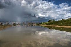 Драматическое небо отражая Стоковое Фото
