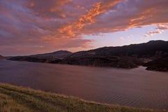 драматическое озеро horsetooth над небесами Стоковая Фотография RF