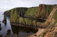 Драматическое побережье Westerwick (Shetland) стоковые фотографии rf