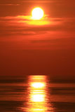 Драматическое Солнце установленное с большим красным Солнцем Стоковое Изображение