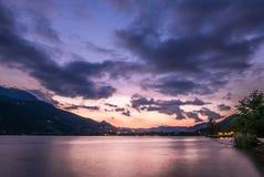 Драматическое cloudscape захода солнца над озером горы Стоковое Изображение