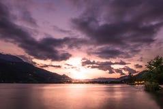 Драматическое cloudscape захода солнца над озером Стоковое Изображение