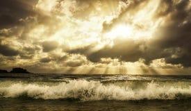 Драматическое cloudscape над морем с тонизированными теплыми цветами Стоковая Фотография RF