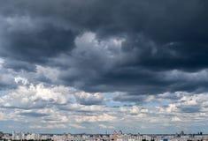Драматическое cloudscape после полудня перед дождем Стоковые Изображения
