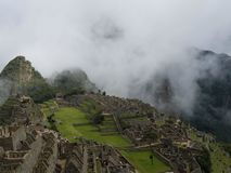 Драматическое Machu Picchu в облаках стоковые фото