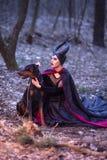 Драма костюма Очаровательная и загадочная Maleficent женщина с высокой раз стоковые фото
