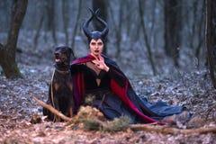 Драма костюма Очаровательная и загадочная Maleficent женщина с высокой раз стоковое фото rf