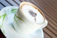 древесина белизны таблицы кофейной чашки Стоковое фото RF