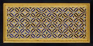 Древесина высекая традиционный тайский стиль в цвете золота Стоковые Изображения RF