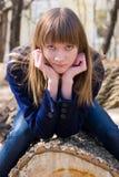 древесина женщины журнала сидя Стоковые Фото