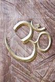 древесина знака ома предпосылки Стоковое Изображение