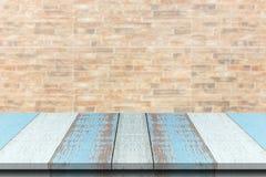 Древесина или столешница планки с запачканной синтетической предпосылкой кирпича стены Стоковое фото RF