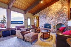 древесина комнаты камина потолка живущая с Стоковые Фото