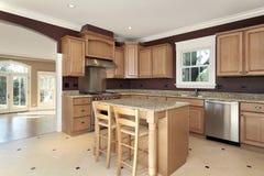 древесина кухни острова гранита Стоковая Фотография