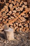 древесина кучи оси Стоковое Фото