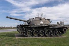 ДРЕВЕСИНА ЛЕОНАРДА ФОРТА, MO 29-ОЕ АПРЕЛЯ 2018: Танк пламени военного транспортного средства M67A1 бросая стоковое фото rf