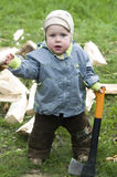 древесина мальчика удивленная тяпкой Стоковое Изображение RF